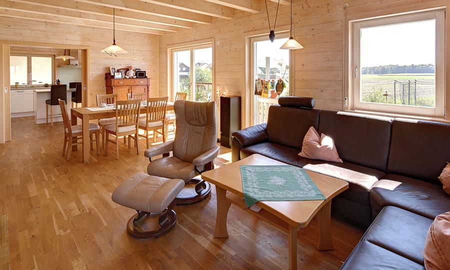 Kundenhaus sauerlacher ein landhaus von for Holzhaus modern innen