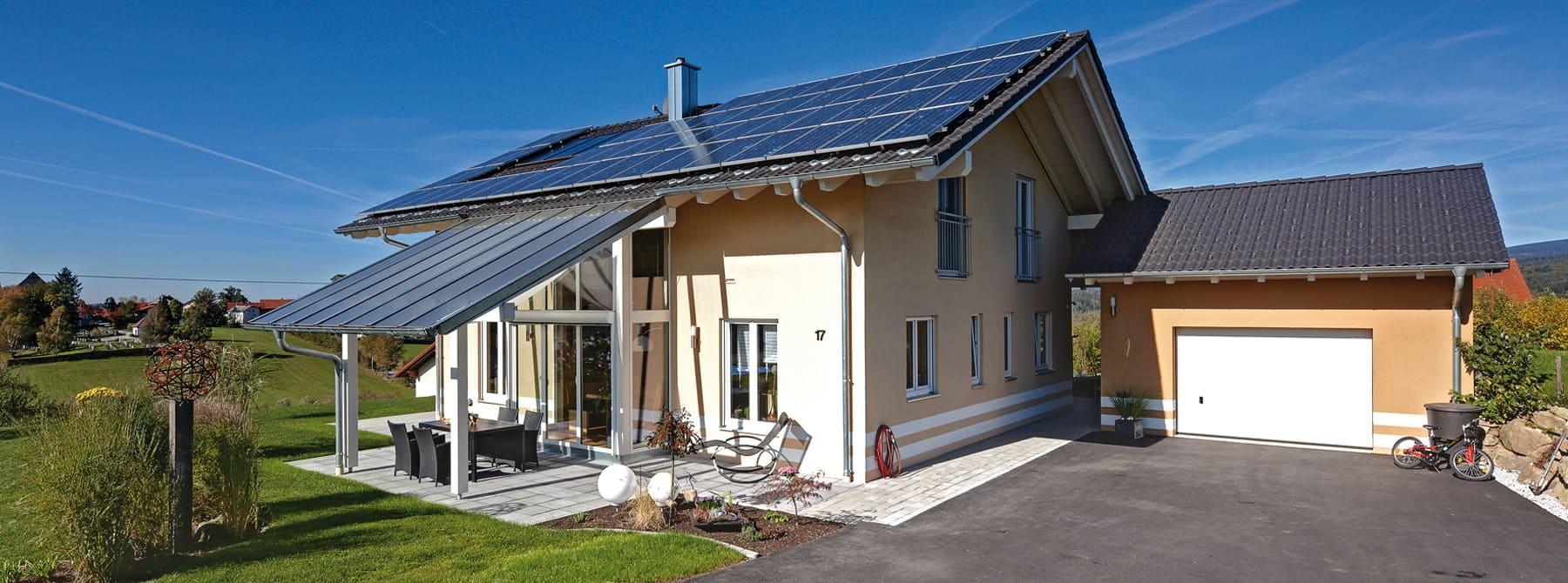 ^ Wohngesunde Holzhäuser im eleganten Stil - Sonnleitner.de - Bauen ...